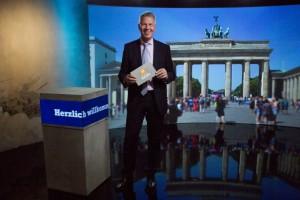 RTL-Anchor Peter Kloeppel testet das neue Realstudio der RTL II News