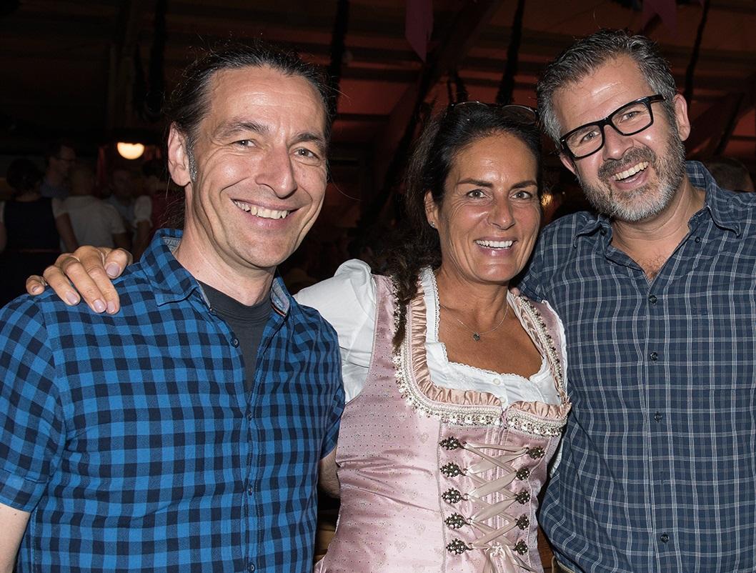 Bauretter John Kosmalla und Manuela Reibold-Rolinger mit Carlos Zamorano, Direktor Marketing und Kommunikation.