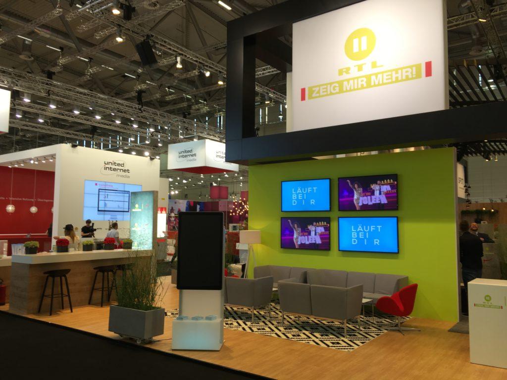 Jetzt können sie kommen: Der RTL II-Stand auf der dmexco vor Messestart.