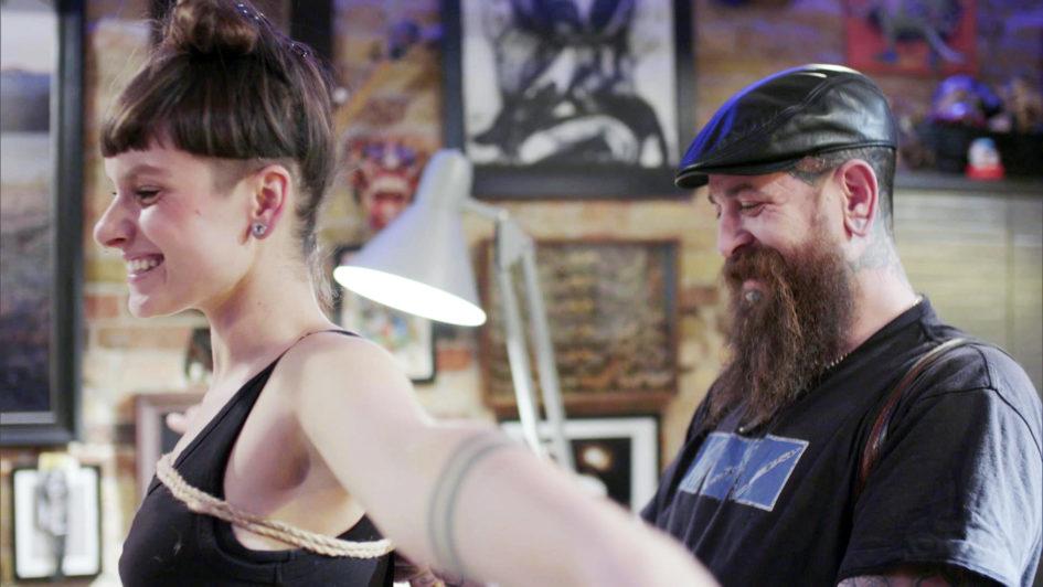 """""""Sex - Tabufreie Zone?"""" aus der Reihe """"Echtzeit"""": Reporterin Caro (li.) lässt sich von Bondage- und Tattookünstler Chandler Barnes (re.) professionell fesseln."""