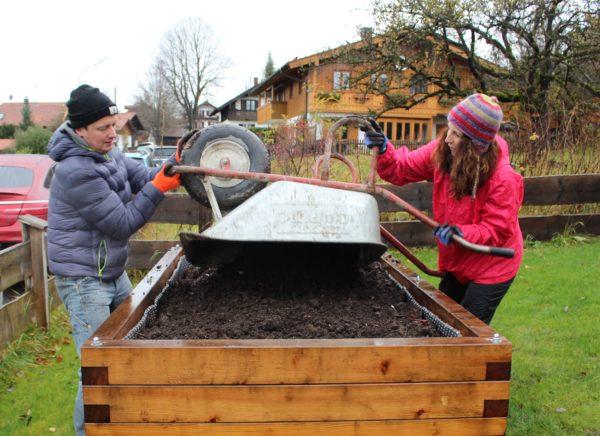 Social Day bei Nieselregen: Frische Erde fürs Hochbeet