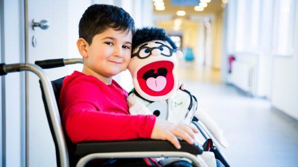 Der 6-jährige Amanuel mit Dr. Dago