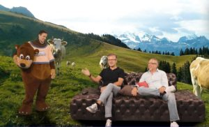 Andreas Bartl (rechts) und Carlos Zamorano begrüßen Pascal Jenny auf der digitalen RTLZWEI-Präsentation